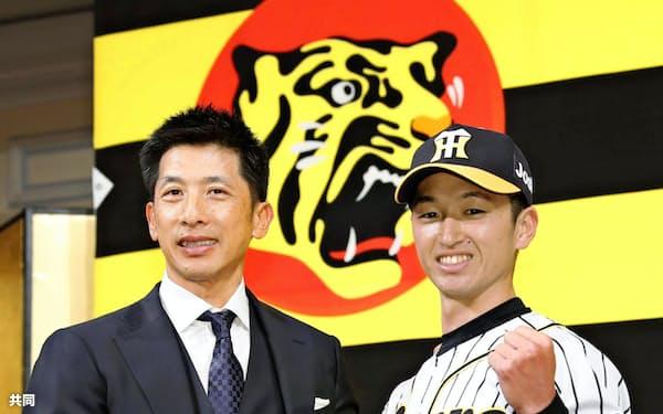入団会見で矢野新監督(左)と写真に納まる近本(2018年12月)=共同