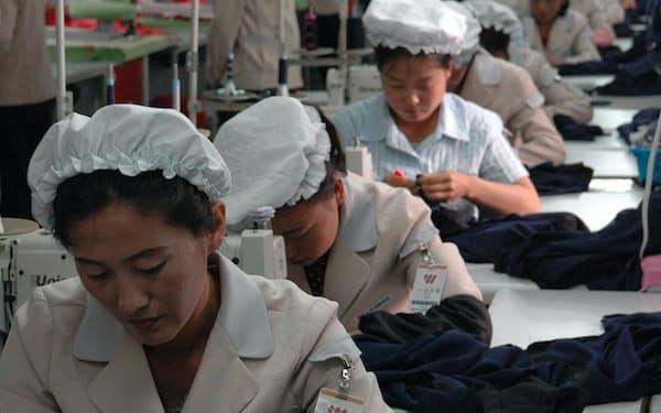 開城工業団地内のアパレル大手、信元の工場で縫製する職員ら