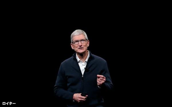 アップルはこれまでダボス会議のようなイベントからは距離を置いてきた(同社イベントで登壇するティム・クックCEO)=ロイター