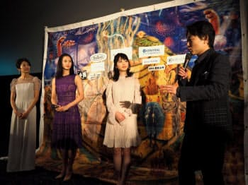 舞台あいさつする「かぞくわり」監督の塩崎祥平(右)(20日、奈良県橿原市)
