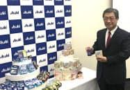 新商品を発表するアサヒグループ食品の尚山勝男社長