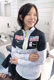 羽田空港で取材に応じるスピードスケート女子の高木美帆(24日)=共同