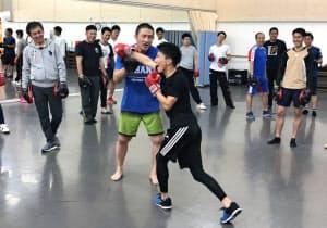 格闘技経験を生かした独自の研修で人気を集めている(中央が大山社長)