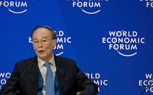 23日、世界経済フォーラムの年次総会で演説する王氏。米中接触は実現しなかった(スイス東部ダボス)=同フォーラム提供