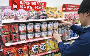 中国、韓国の輸入食品が並ぶローソン新宿靖国通店(東京都新宿区)