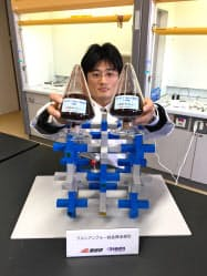 産業技術総合研究所と関東化学が開発したアンモニアを除去する吸着材と結晶構造の模型(茨城県つくば市)