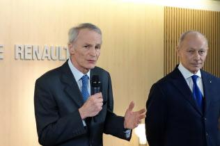新体制について記者会見するルノー新会長のスナール氏(左)と新CEOのボロレ氏(24日、ルノー本社)