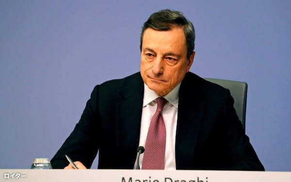 記者会見する欧州中央銀行のドラギ総裁(24日、フランクフルト)=ロイター