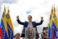 23日、「暫定大統領」への就任を宣言するグアイド国会議長(カラカス)=ロイター
