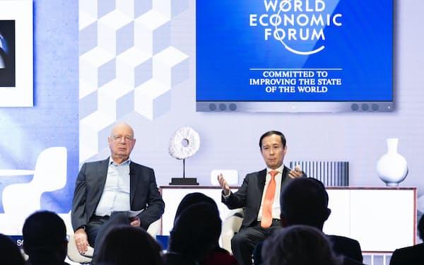 アリババ集団のダニエル・チャンCEO(右)は、AIは顧客と自社双方に利益をもたらすと強調した(24日)=世界経済フォーラム提供