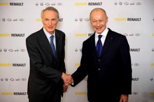 仏ルノーのスナ-ル新会長(左)とボロレ最高経営責任者(CEO)=ロイター