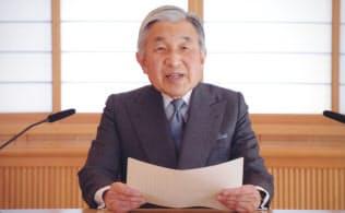 東日本大震災発生5日後、国民に向けてお言葉を述べる天皇陛下(2011年3月、皇居・御所)=宮内庁提供