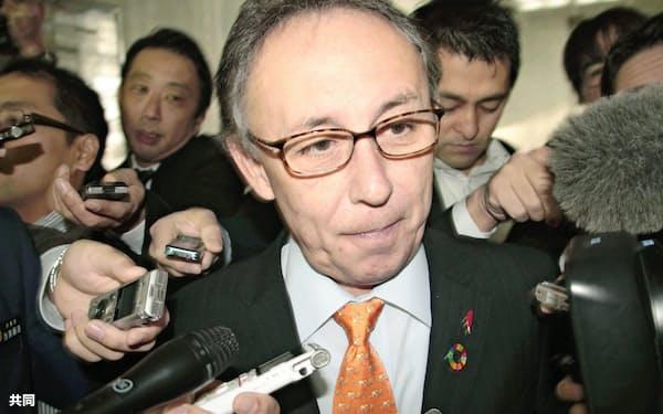 沖縄県民投票の全県実施が確実となり、取材に応じる玉城デニー知事=25日午前、沖縄県庁