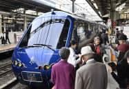 東京急行電鉄の「ザ・ロイヤルエクスプレス」で伊豆に出発する乗客(横浜駅)