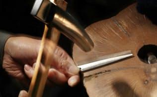 ハサミの刃をハンマーでたたき、曲線をつくる