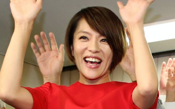 3年前の参院選では、元アイドルグループSPEEDの今井絵理子氏が約32万票を集めて当選した(2016年7月10日、東京都中央区)