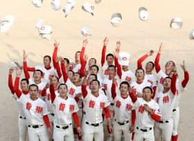 2年連続の出場が決まり、喜ぶ智弁和歌山の選手たち(25日、和歌山市)=共同