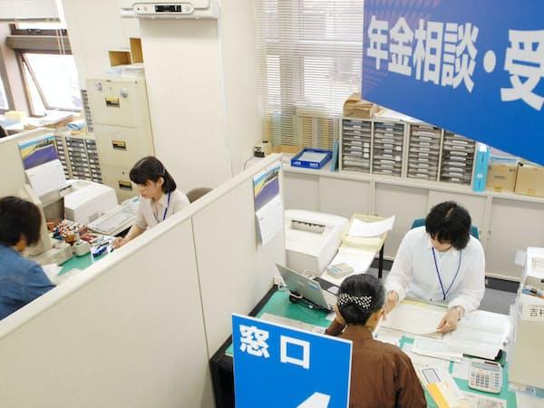年金相談に訪れた人の対応に追われる職員(2007年6月1日、名古屋市北区の名古屋北社会保険事務所)