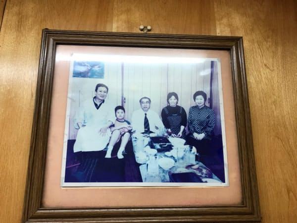 店内にかかる小渕首相(中央)の写真。右端は千鶴子夫人