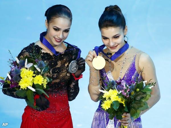 フィギュアスケートの欧州選手権女子で優勝したロシアのソフィア・サモドゥロワ(右)と2位のアリーナ・ザギトワ(25日、ミンスク)=AP