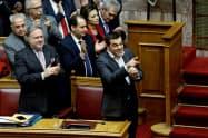 マケドニア新国名を承認したギリシャ議会でのチプラス首相=ロイター