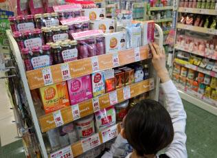 店頭では様々なコラーゲン製品が販売?#20025;欷皮い耄?#26481;京都中央区のトモズ コレド日本橋店)
