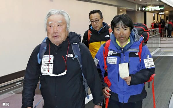 成田空港に到着した冒険家の三浦雄一郎さん(左)と次男豪太さん(右)(26日午前)=共同