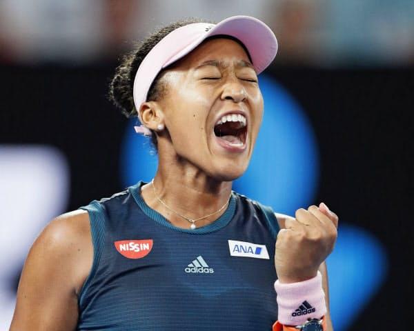 女子シングルス決勝 ペトラ・クビトバからポイントを奪いガッツポーズの大坂なおみ(26日、メルボルン)=共同