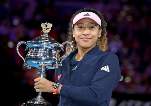 テニスの全豪オープン女子シングルスで優勝し、トロフィーを手にする大坂なおみ(26日、メルボルン)=ロイター