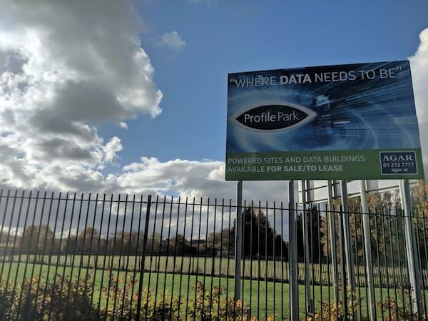 米グーグルがデータセンター拡張を進めるダブリン郊外地域には「データがいるべき場所」の看板