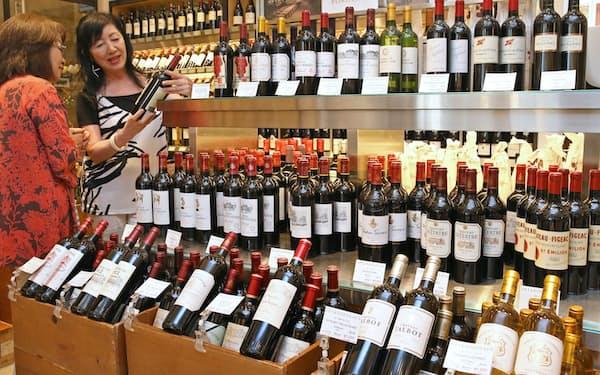 店頭に並ぶ欧州産のワイン(東京都中央区)