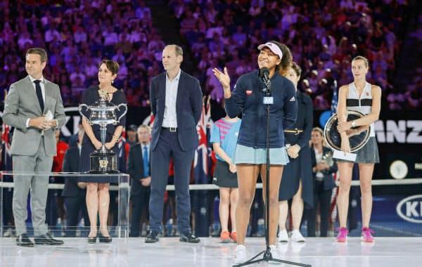 優勝しスピーチする大坂なおみ。後列右端はペトラ・クビトバ(26日、メルボルン)=共同