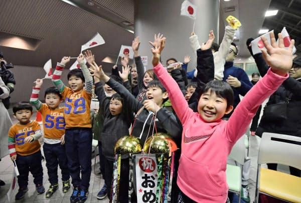 大坂なおみ選手が全豪オープンを初制覇し、歓声を上げるモニター観戦の子どもたち(26日夜、大阪市のITC靱テニスセンター)=共同