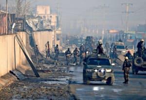 米軍撤退でアフガニスタンの治安が一段と悪化する懸念も(15日、首都カブールで起きたテロ事件の現場)=ロイター