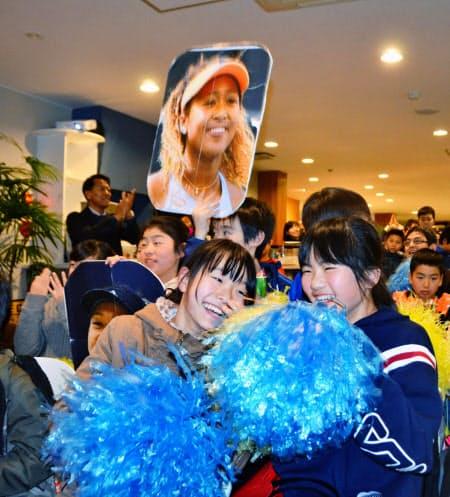 大坂なおみ選手の優勝が決まり、歓声を上げるテニススクールの生徒ら(26日夜、埼玉県新座市)=共同