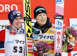 3位になり表彰台で笑顔の小林陵侑。左は優勝したシュテファン・クラフト(27日、大倉山)=共同