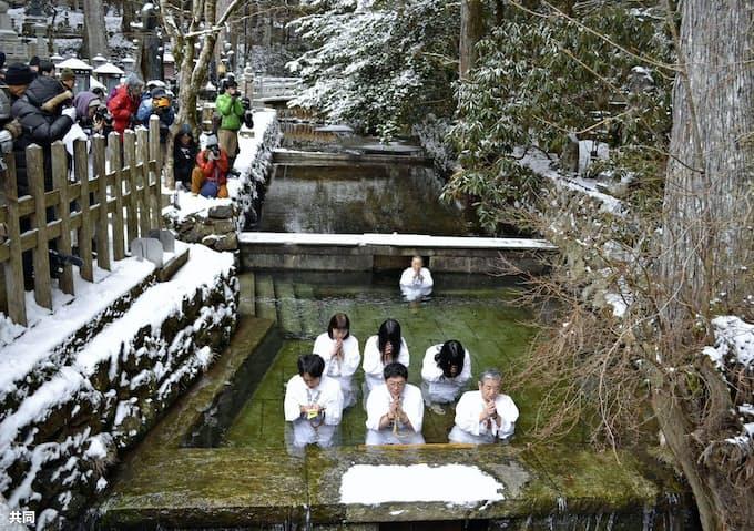 高野山奥の院で寒中水行 和歌山、水温1度に挑戦: 日本経済新聞