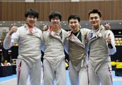 5位に入り笑顔を見せる(左から)鈴村、敷根、西藤、松山の日本チーム(27日、港区スポーツセンター)=共同