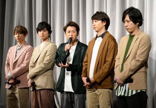 活動休止について記者会見する嵐のメンバー(27日夜、東京都港区)=野岡香里那撮影