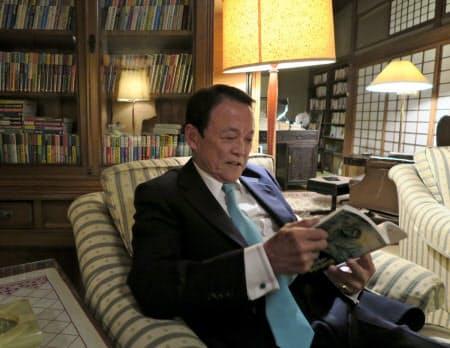 福岡県飯塚市の自宅で「ゴルゴ13」を読みながらくつろぐ麻生