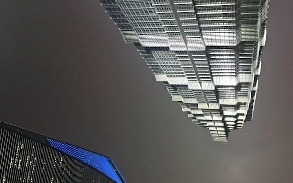 繁栄の象徴である高層ビルはまだ光を放っているが…(中国・上海で/撮影 小平龍四郎)