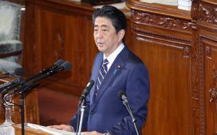 衆院本会議で施政方針演説をする安倍首相(28日午後)