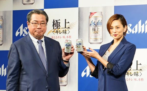 アサヒの平野伸一社長(左)とCMに起用する米倉涼子さん