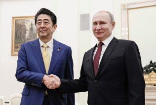 会談前に握手?#24037;毳恁伐ⅳ違磚`チン大統領(右)と安倍首相(2019年1月22日、モスクワのクレムリン)=共同