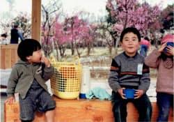小学生のころ、休日は万博記念公園で遊んだ(中央が森見さん)