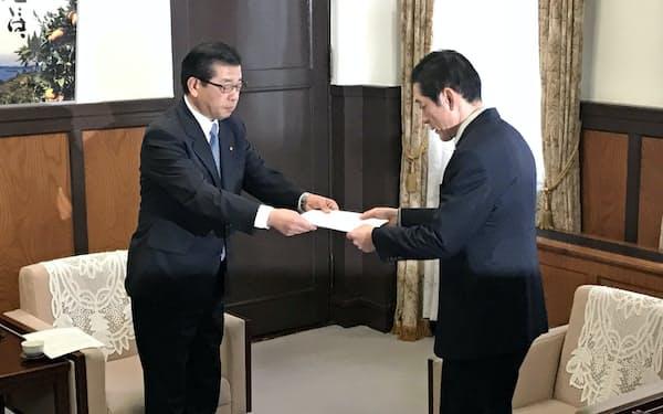 伊方原発の事故の連絡遅れについて中村知事(右)に報告する佐伯社長