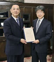 協定書に調印した新潟大の馬場健法学部長(左)と神戸大の大西裕法学研究科長(28日午後、神戸市)=共同