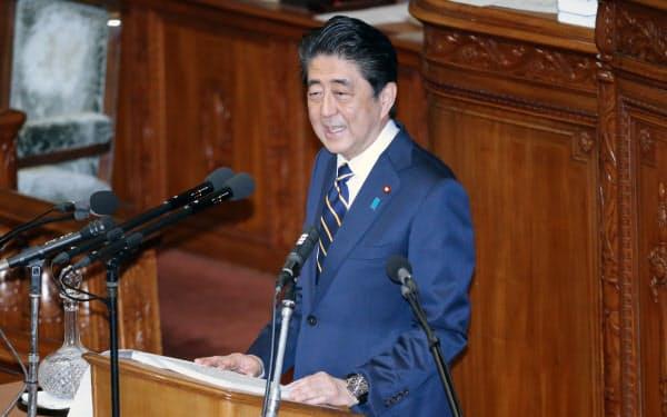 衆院本会議で施政方針演説をする安倍首相(28日)