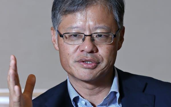 インタビューに答える米ヤフー創業者のジェリー・ヤン氏(17日、シンガポール)=三村幸作撮影