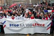 「黄色いベスト」の暴力に反対する「赤いスカーフ」のデモ参加者(27日、パリ)=ロイター